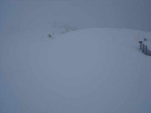 Wo bitte ist hier die Piste? Macht ja nichts, gefühlvolles Fahren ist angesagt, dafür ist der Schnee top und staubt mir um die Ohren!