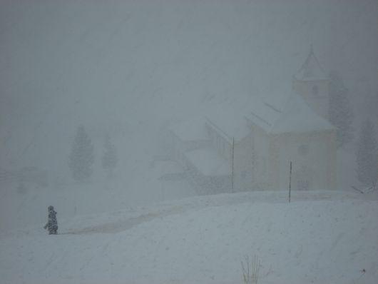 Kirchlein im dichten Schneefall
